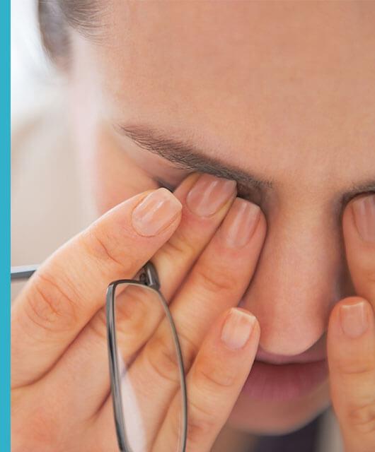 La blefaritis es la inflamación del borde libre del párpado, que provoca signos de irritación, inflamación y descamación en zonas localizadas.
