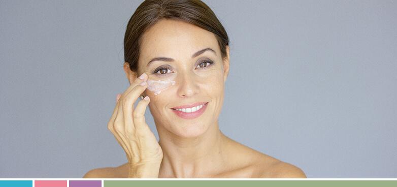 Para combatir y disminuir las temidas bolsas de los ojos deberíamos utilizar productos con efecto hidratante con el fin de regenerar, descongestionar y proteger esta zona de la piel.