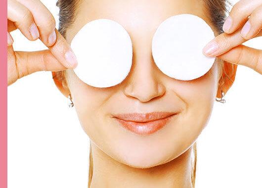 Tan importante como elegir un buen maquillaje, lápices de ojos, máscaras de pestañas y sombras de ojos es elegir un producto específico para desmaquillar y limpiar el ojo sensible.