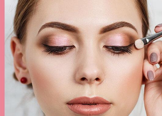 Para maquillar los ojos caídos basta con seguir estos sencillos pasos y tener claro qué productos o técnicas no son los adecuados.
