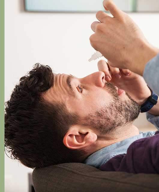 La correcta aplicación de un colirio es fundamental para garantizar que el tratamiento para tus ojos sea efectivo.
