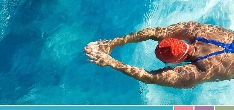 Las piscinas suelen desinfectarse con cloro, el cual, tras asociarse con residuos orgánicos, da lugar a las cloraminas, que son un agente que produce irritación e inflamación ocular.