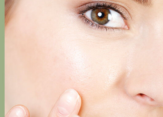 La zona del contorno de ojos es una de las más sensibles de nuestro cuerpo. El que no existan glándulas sudoríparas ni sebáceas como en el resto del rostro hace que sea una zona más propensa a la deshidratación.