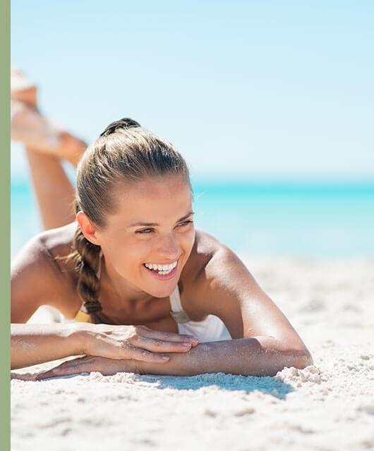 Ahora que ha llegado el verano y es tiempo disfrutar de la playa, los usuarios de lentes de contacto se preguntan si pueden utilizarlas con el sol y el mar