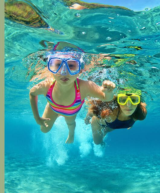 Ya sea en la piscina, en la playa o en el lago de un pueblecito perdido, tendremos que prestar especial cuidado a nuestros ojos si no queremos salir con ellos irritados.